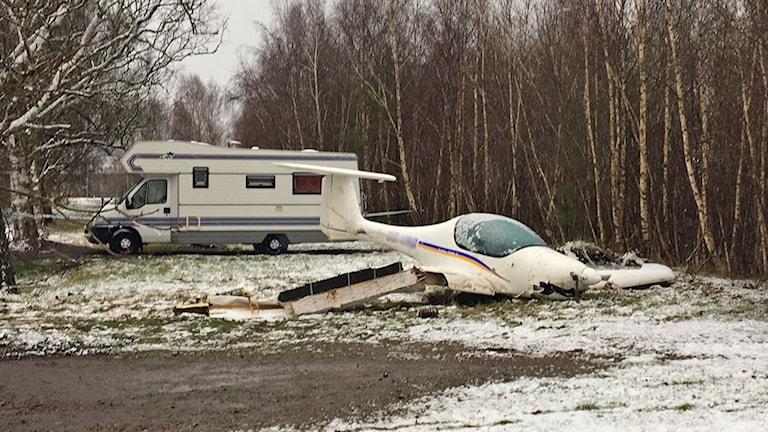 Störtat ultralätt flygplan ligger på marken.