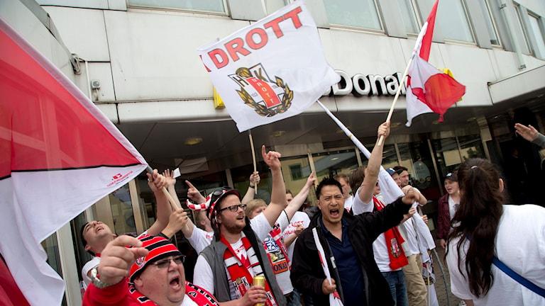 Fans jublar med flaggor i rött och vitt.