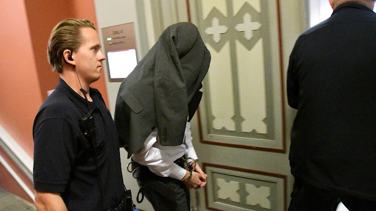 38-åringen anländer till första rättegångsdagen.