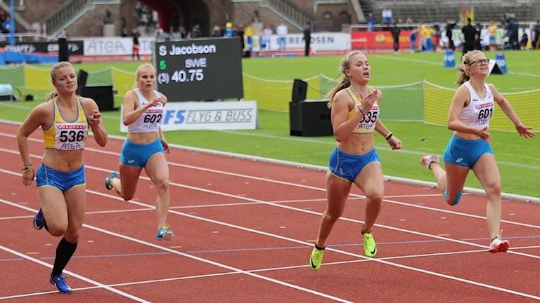 Kajsa Kjellergren springer 100 meter.