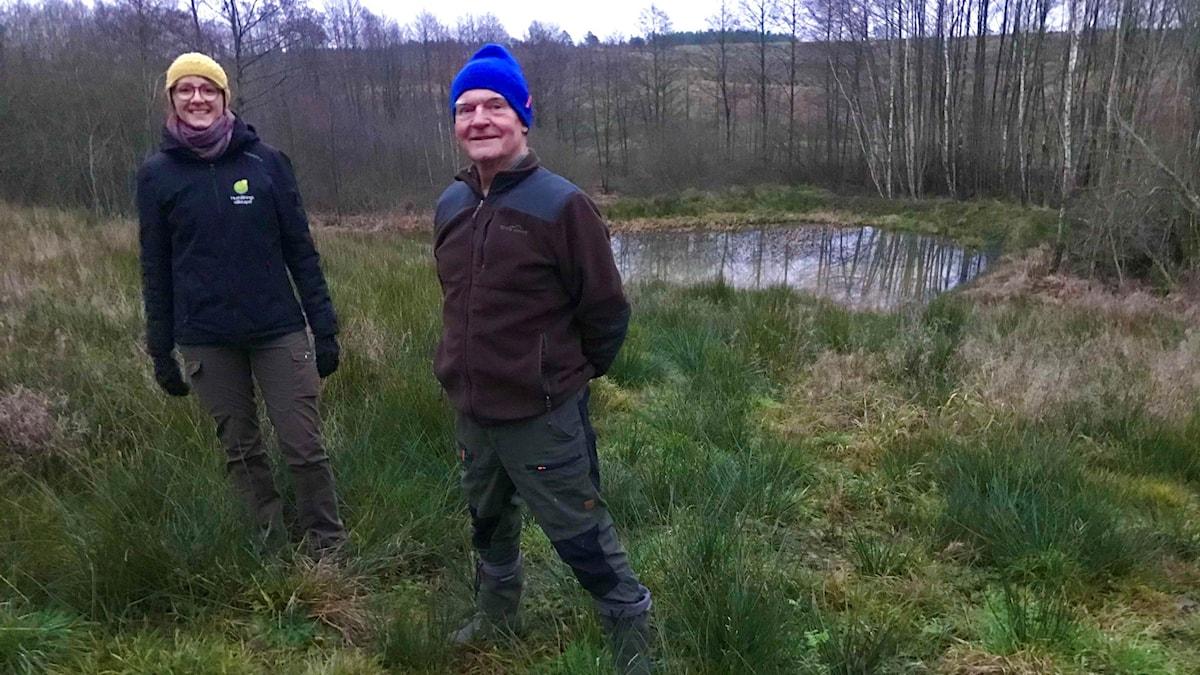 Lea Schneider, Hushållningssällskapet, o Gunnar Åhlin, markägare på Stjärnarp Springbacken, står vid sidan av dammen.