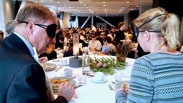 """Bengt Eliasson och Maja Reichard på det som kanske var världens största """"blindlunch""""."""