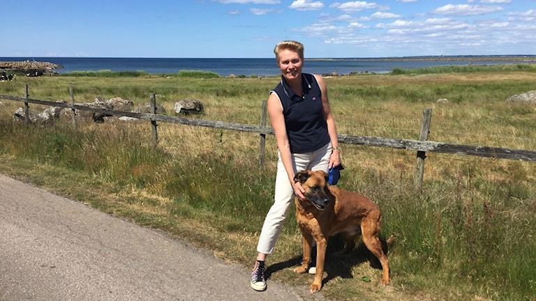 Ingegerd Sikströms hund Ozzy har varit ett bra stöd under klimakteriet. Foto: Therése Alhult/Sveriges Radio.
