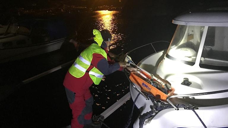 Torbjörn förtöjer båten i Grötviks hamn.