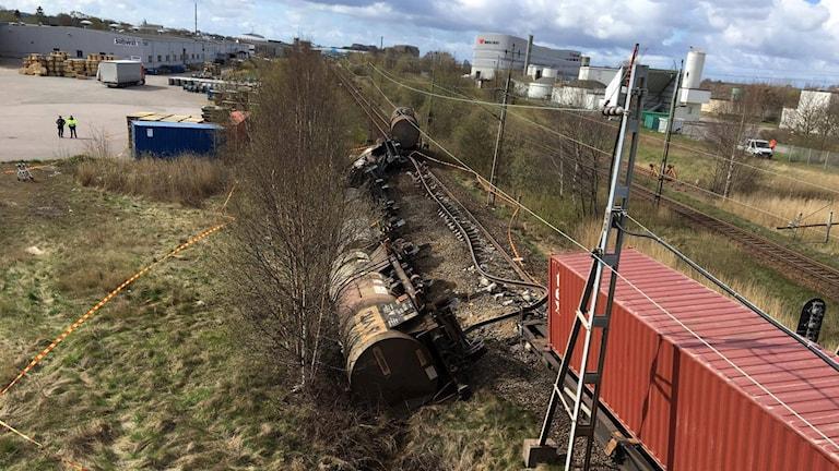 Rälsen är söndertrasad efter tågurspårningen utanför Varberg.