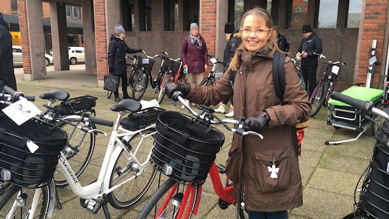 Kommunanställda Lena Lagerqvist på plats vid Stora torg där förhandsgranskning av cyklar är i fullgång.