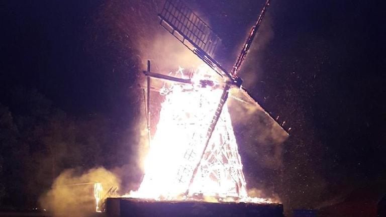 Bild på den brinnande kvarnen.