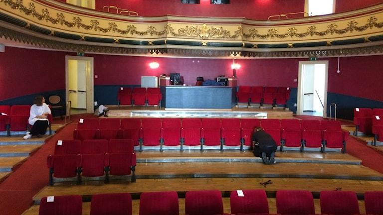 Varbergs teater är under renovering och stolarna är på väg att plockas bort.