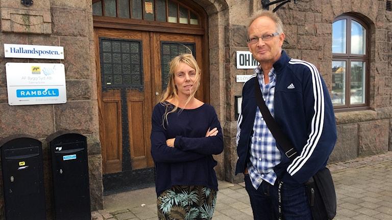 De båda står utanför Hallandsposten, Cecilia till vänster och Jan till höger.