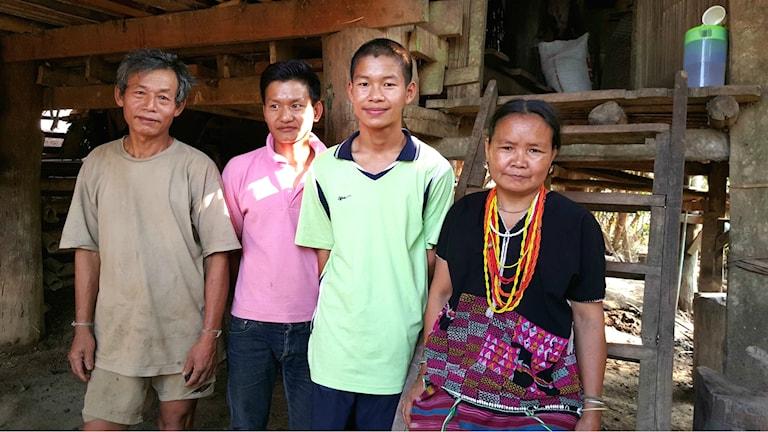 Wakuloo med sin mamma, pappa och bror framför sitt hus. Foto: Annette Wallqvist.