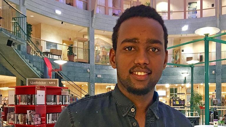 Adam Sami pluggar på naturvetenskapliga gymnasieprogrammet i Kungsbacka. Foto: Sandra Killgren/Sveriges Radio.