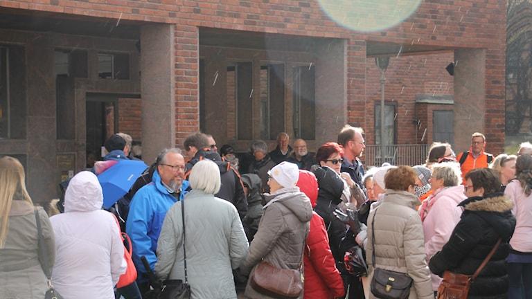 Uppskattningsvis 75-80 personer manifestaerade utanför Råd´huset i Halmstad inför Kommunfullmäktigemötet.