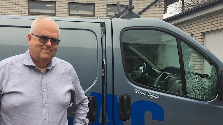 Lars-Åke Johansson, ägare av Hylte Rörbolag, framför en av bilarna som drabbats för inbrott under måndagsnatten.