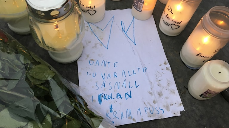 Många tända ljus och brev till Dante låg på Stortorget i centralaa Falkenberg på lördagmorgonen.