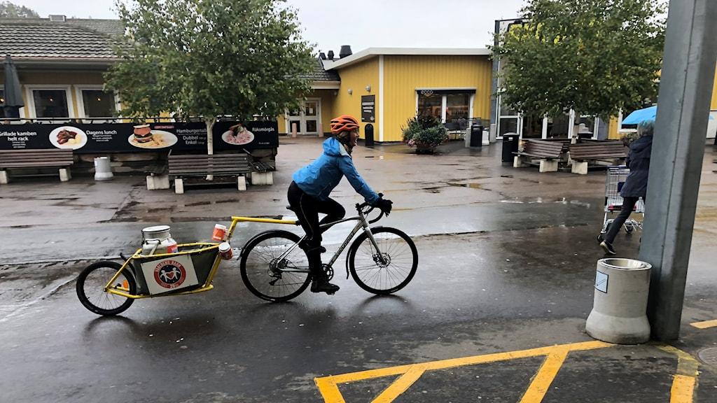 Cykel-Lisa anländer till Ullared