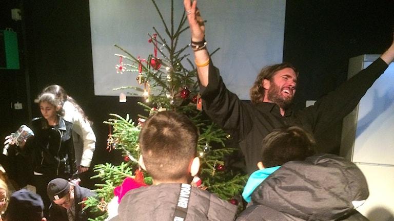 Julklappsutdelning på Dramalogen i Halmstad.