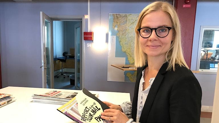 Hanna Glans med sitt seriealbum i handen.