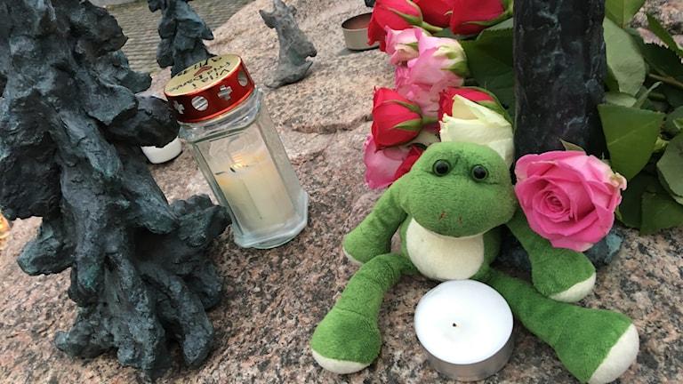 Fotot visar många tända ljus och brev till Dante som låg på Stortorget i centrala Falkenberg på lördagsmorgonen.