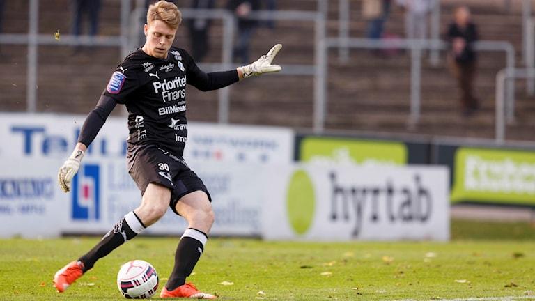 Malkolm Nilsson spelar fotboll.