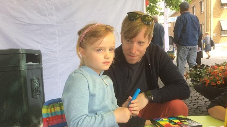 Fredrik Andreasson här med dottern Maja som målade och planterade blommor.