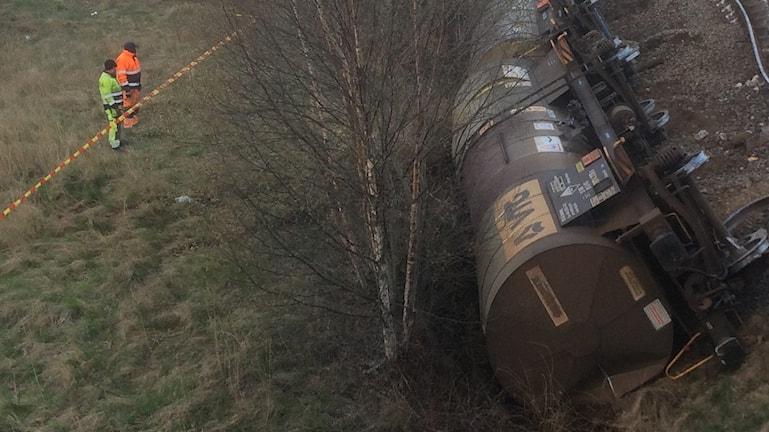 Tre vagnar på ett tåg med farligt gods har spårat ur strax norr om Getteröbron i Varberg.