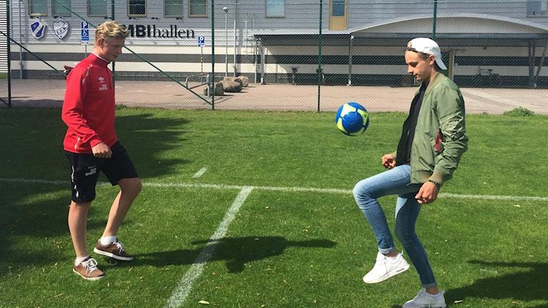 Halmiaspelarna Linus Dahlin och Linus Lind kickar fotboll.
