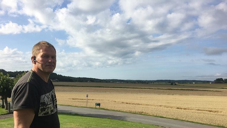 Bonden Jan Börjesson vid sina fält utanför Fjärås.