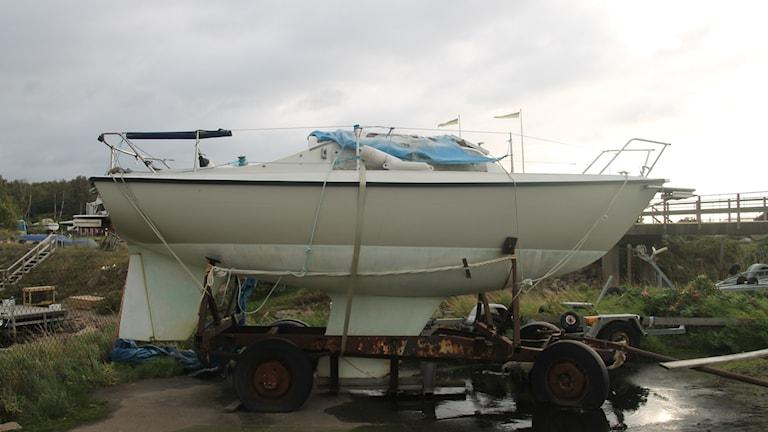 Båten har stått i Grötviks hamn i flera år och man har inte lyckats få tag på någon ägare.