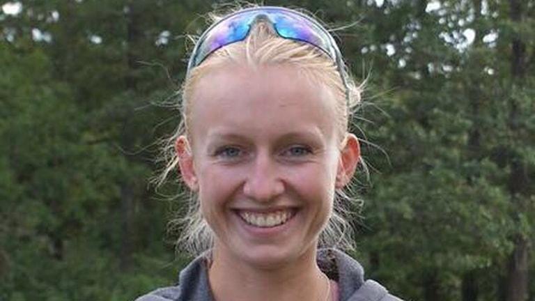 Annie Svensson med skog i bakgrunden