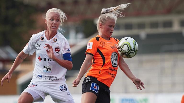 Ida Strömberg i Kungsbacka DFF tar emot bollen på bröstet framför Rosengårds Caroline Seger.