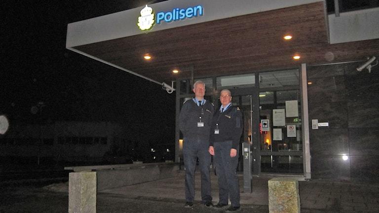 Anders Wiss och Ann Rönnäng hoppas ökad närvaro och synliga kungsbackabor ska rå på inbrottsvågen i höstmörkret. Foto: Göran Frost/Sveriges Radio