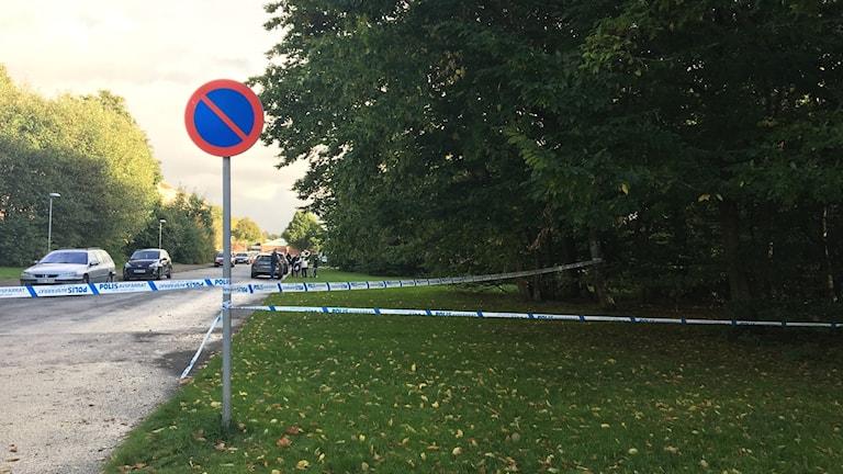 Ett stort område är avspärrat efter skottlossning på Andersberg i Halmstad. Foto: Sandra Killgren.