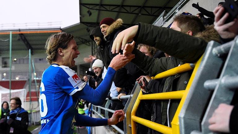 Alexander Berntsson firar med fans, TT