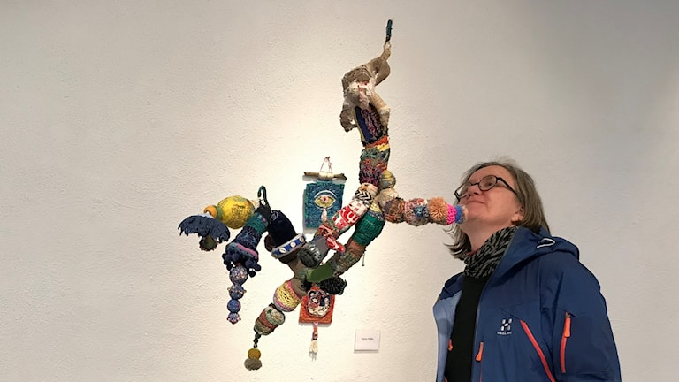 kvinna betraktar konstverk
