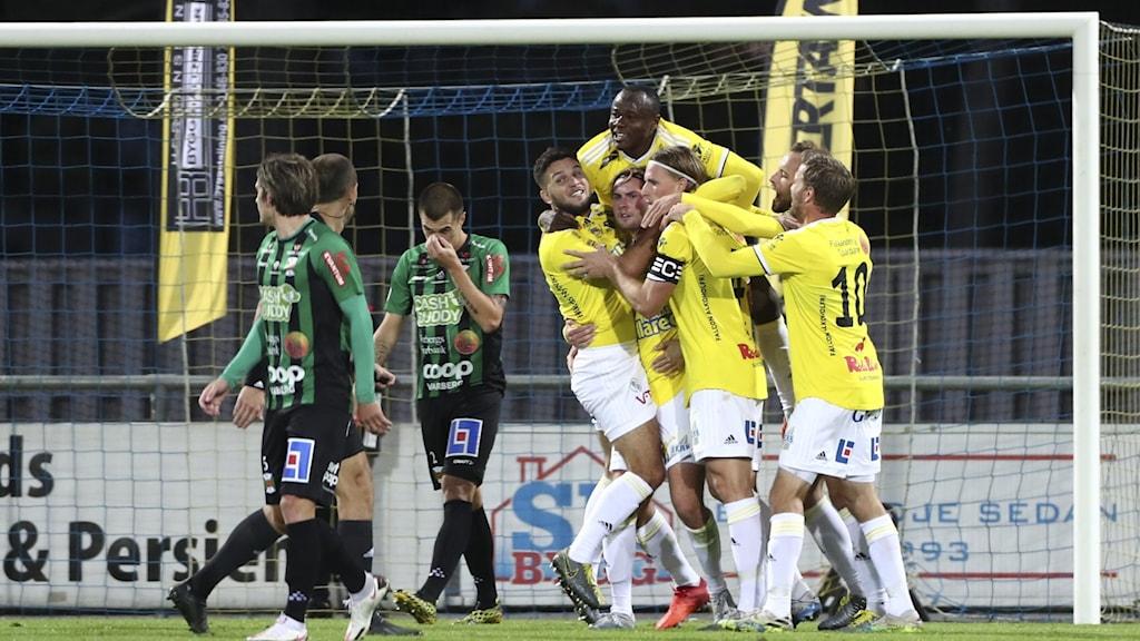 Falkenbergs spelare jublar efter 1-0 av Falkenbergs Axel Norén