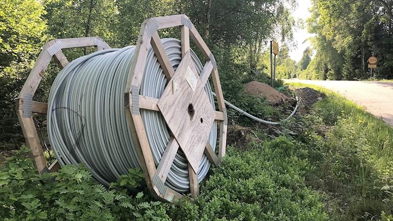 En stor kabeltrumma som ligger i ett dike. Foto: Therese Wahlgren/Sveriges Radio.