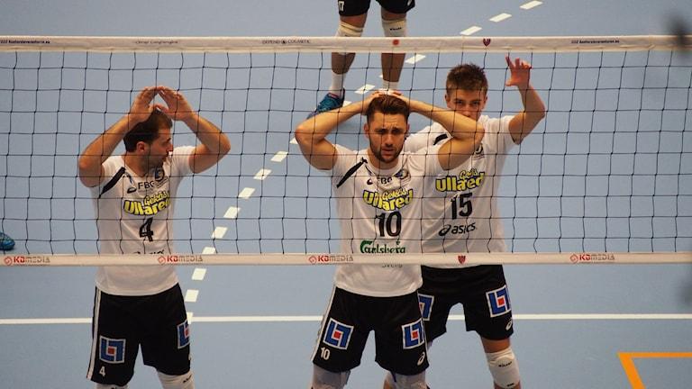 Tre spelare i Falkenbergs volleybollklubb står redo framför nätet för att ta emot en boll. Foto: Patric Ljunggren/Sveriges Radio