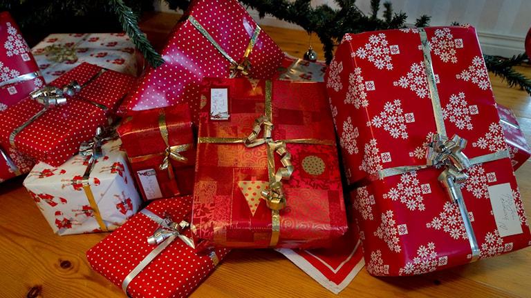 En hög med julklappar i olika färgglada julklappspapper. Foto: Jonas Ekströmer/TT.