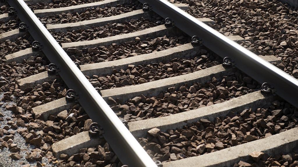 En närbild på en järnvägsräls.