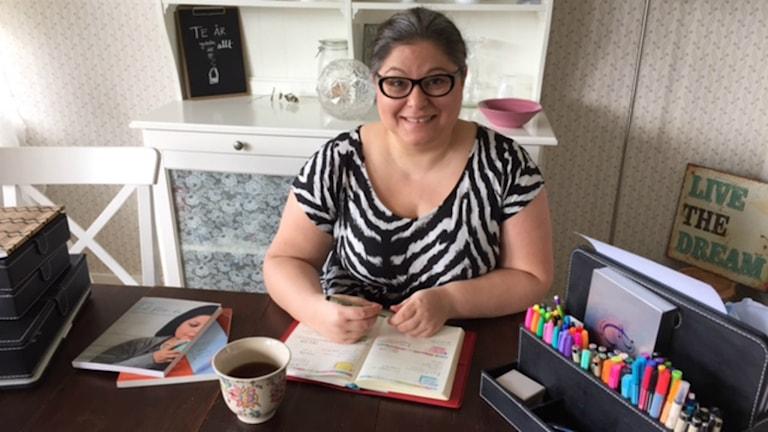 Tidscoachen Dorotea Pettersson börjar varje morgon med att planera dagen i detalj - gärna med en kopp te. Foto: Therése Alhult/´Sveriges Radio.