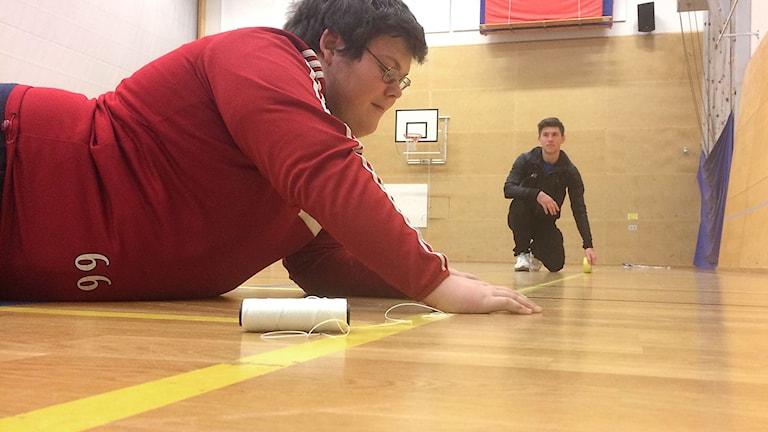 Emil och Nils förbereder planen inför goalball på inspirationsdag för idrott för människor med synskada. Foto: Muhamed Ferhatovic/Sveriges Radio.