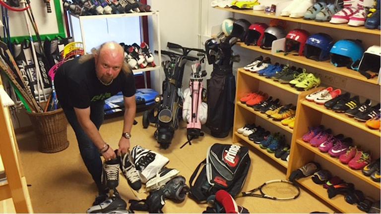 Svante Karlsson packar upp prylar som har lämnats in till fritidsbanken i Halmstad.