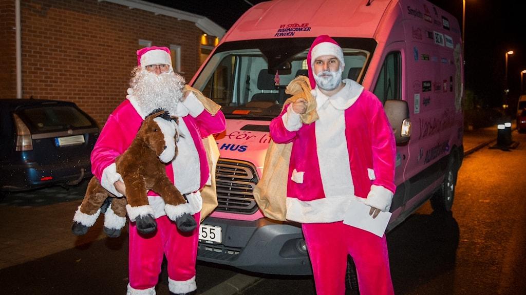 Rosa jultomtar besöker cancersjuka barn