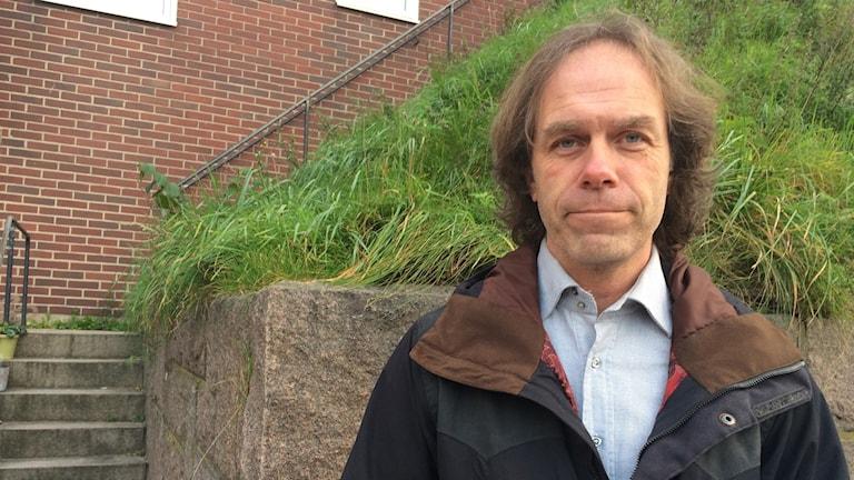 Pär Holmgren iklädd jacka står utomhus.