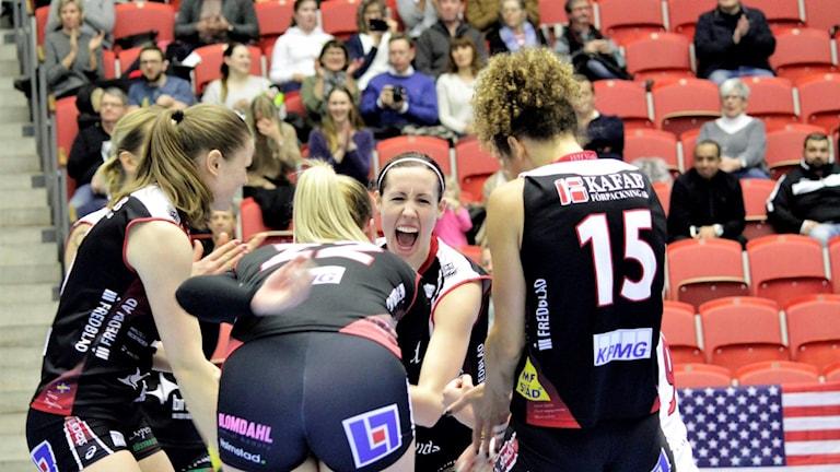 Hylte/Halmstad-spelare jublar under söndagens match mot Engelholm.