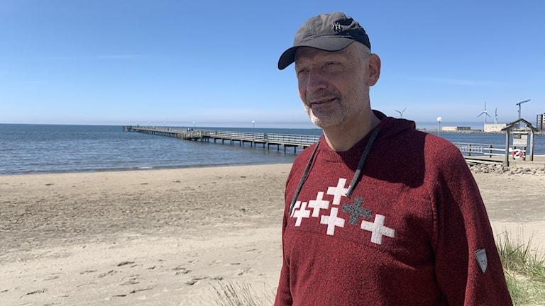 Fredrik Janson står framför havet.