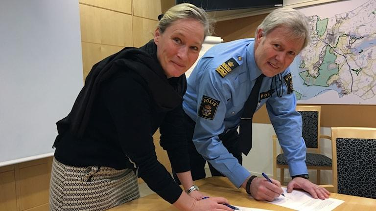 Mariana Vikström, biträdande kommundirektör och Anders Wiss, lokalpolisområdeschef skriver på 2018:s medborgarlöfte.