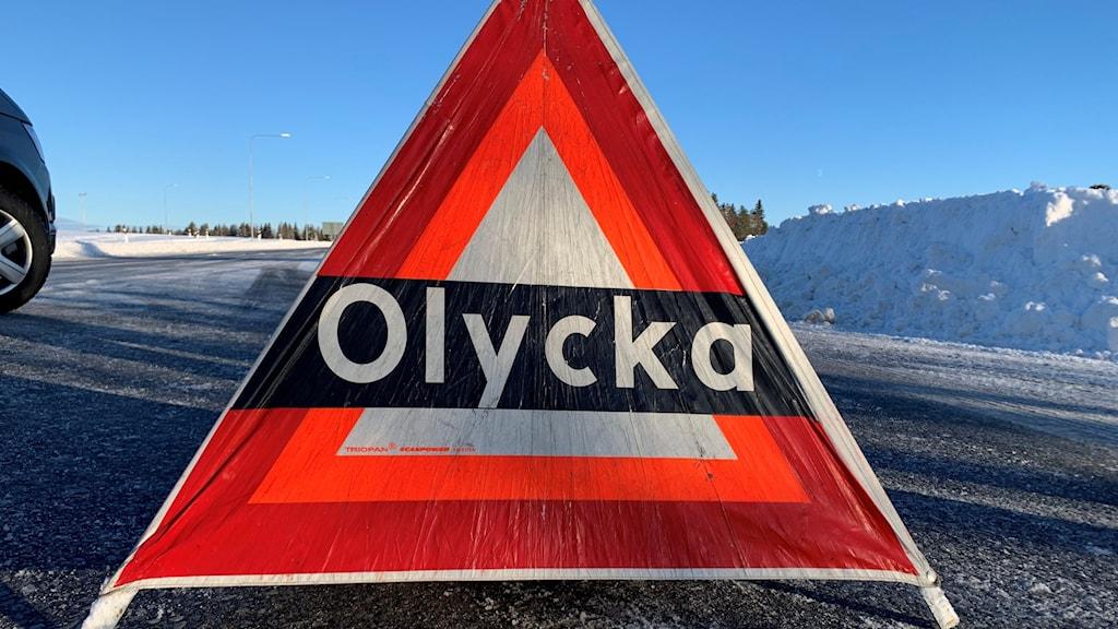 varningsskylt på landsväg vintertid