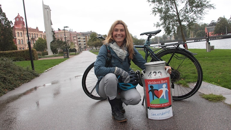 Lisa Petrelius cyklar för Världens barn för P4 Halland.
