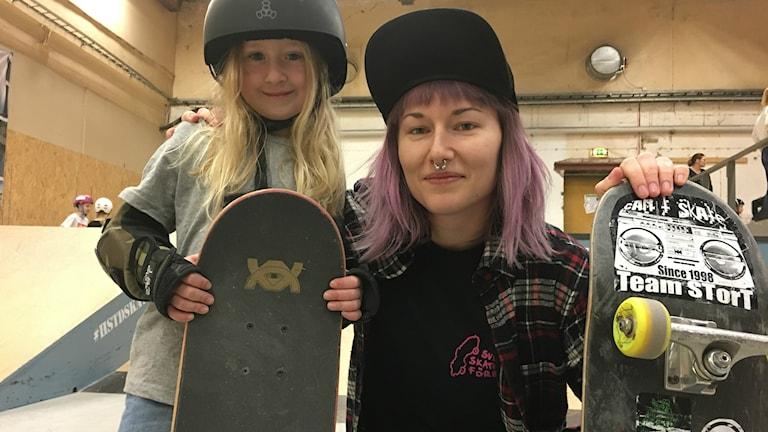 Alma Bresell och Josefine Robarth med sina skejtboards i Halmstad skatehall. Foto: Sveriges Radio